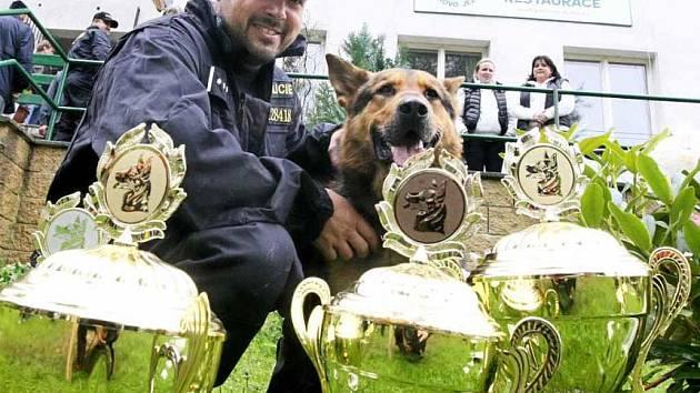 POLICISTA A PES. Václav Aschenbrenner s Cirem vybojovali poháry pro teplický okres