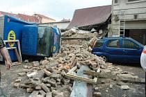 Výbuch lahve v Novosedlicích zdemoloval dílnu a čtyři automobily