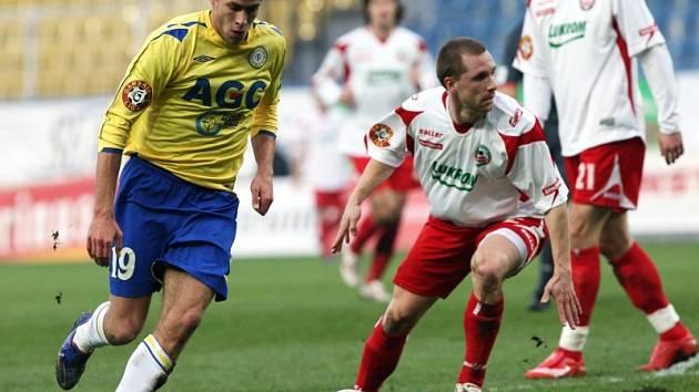 Z utkání FK Teplice proti Zlínu. Souboj o míč.