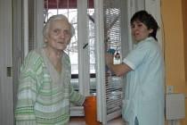 Pečovatelka seniorce uklidí a pomůže se vším, co potřebuje.