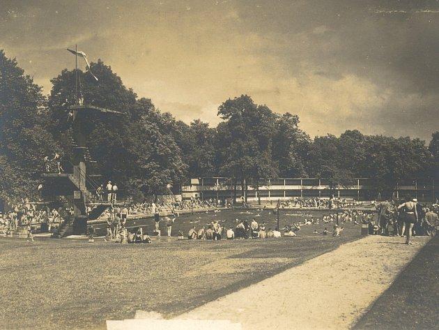 Koupaliště v Zámecké zahradě v době největší slávy.