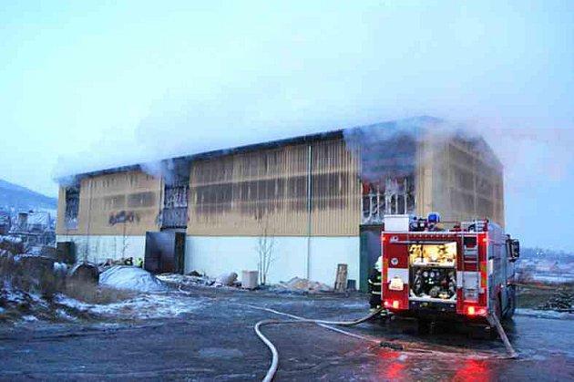 Požár výrobní haly na peletky.