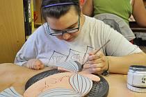 Chráněná dílna Arkadie v Úpořinách se zabývá výrobou keramiky