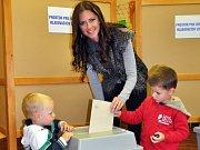V pátek stihla odvolit i Miss sympatie 2002 Lenka Taussigová-Kocmanová z Duchcova.  Ve volební místnosti jí asistoval manžel i dva malí synové.