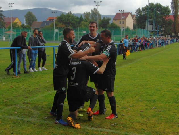 Fotbalisté Baníku Modlany slaví devátou výhru v řadě.