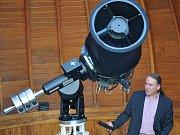 Z hvězdárny v Teplicích. S dalekohledem pracuje Michal Varady.