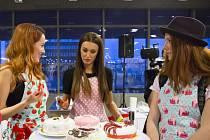 Modelka Taťána Makarenko (uprostřed) uspěla s mrkvovým dortem. Pečení ji baví.