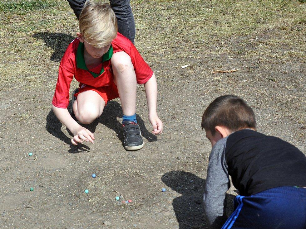 V Proboštově u rybníka hledali zajíčkův poklad.