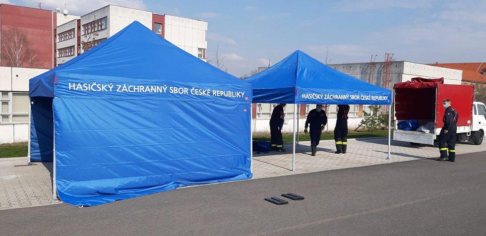 Hasiči staví odběrové stany v Teplicích.