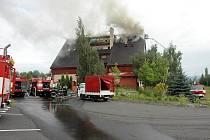 Penzion pro seniory Pohoda u E55 mezi Dubím a Teplicemi zachvátil po výbuchu požár.