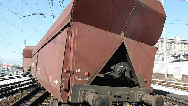 V úterý  v Lovosicích vykolejily poslední dva vozy nákladního vlaku. Následkem nehody byla poškozena trať v délce tří kilometrů.