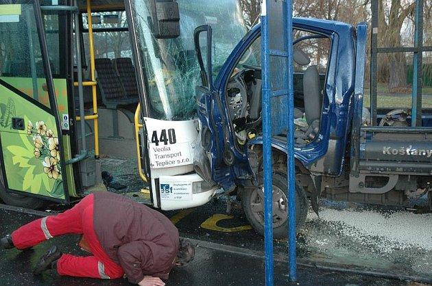 Nehoda linkového autobusu s malým nákladním autem v Dubí.