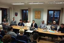 Zastupitelstvo na Moldavě, starosta Michal Cuc s kravatou uprostřed, Eva Kardová vedle něj vlevo.