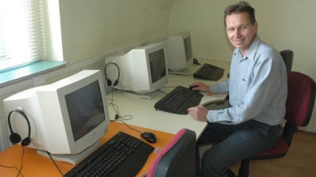Ředitel osecké základní školy Luboš Čapek  v počítačové učebně