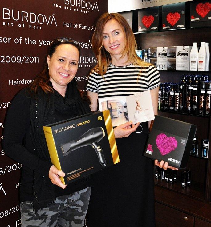 Vítězka čtenářského hlasování  6. ročníku Proměn s Deníkem Šárka Suchánková přijela do teplického Studia Jana Burdová z Litvínova.