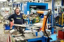 Robot v hodnotě několika milionů korun významně pomáhá k tomu, aby se studenti naučili pracovat se zařízeními, se kterými se reálně v provozu setkají.