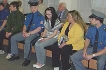 Tři muži a dvě ženy sedí před soudem kvůli drogám