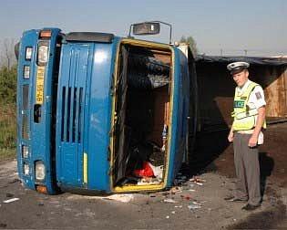 Nehoda nákladního auta u Hostomic.