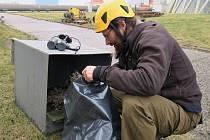 Občas je také zapotřebí budku vyčistit a případně i nabídnout sokolům jiný výhled na elektrárnu.   Na snímku je ornitolog Václav Beran