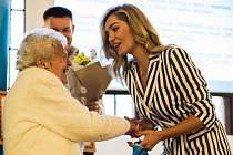 Vlasta Komínková přebírá gratulaci od patronky projektu Taťány Gregor Brzobohaté.