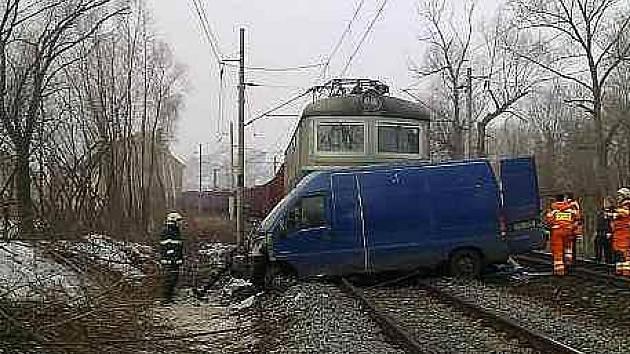 Mezi stanicí Řehlovice a zastávkou Brozánky střetl nákladní vlak s osobním automobilem značky Peugeot