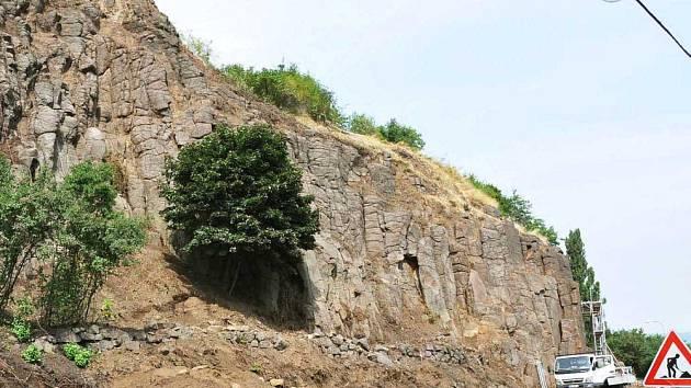 Město nechává zabezpečit skalní masiv v Důlní ulici. Pomůže stát