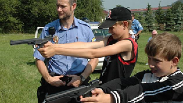 Den s pejsky a policisty v Bystřanech.
