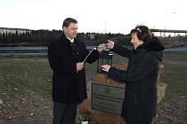 Starosta Dubí Petr Pípal a správkyně dotací Městského úřadu Dubí Ladislava Hamrová zhasli plamínek kahanu a tím udělali pomyslnou tečku za těžbou drahých kovů na Cínovci.