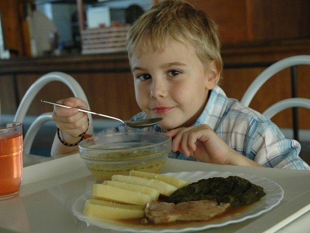 Typický oběd ve školní jídelně