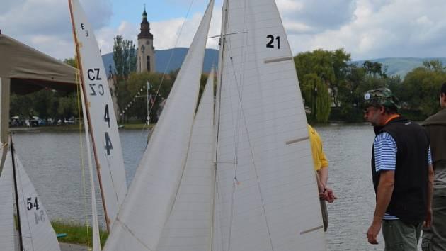 Město Duchcov patřilo o víkendu lodním modelářům. Zručnost předvedli na místním rybníku Barbora. Šlo o mistrovství ČR.