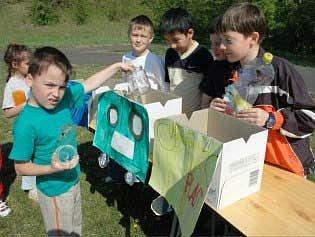 Děti z mateřské školy se učily třídit odpad. Učili je školáci ze ZŠ Plynárenská.