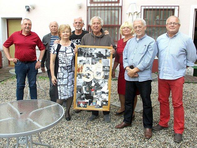Osm dosavadních členů si ve Fokus kafe v Teplicích v minulých dnech připomnělo 50 let od založení