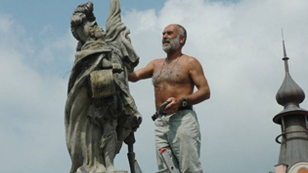 Oprava sochy na náměstí v Duchcově.