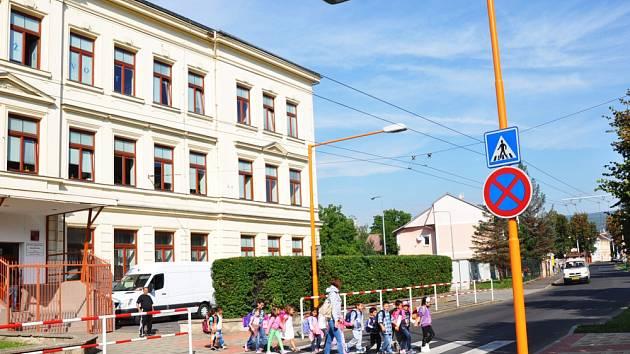 U Speciální základní školy a mateřské školy v Teplicích (vedle hasičárny) město vybudovalo dva nové a bezpečnější přechody.
