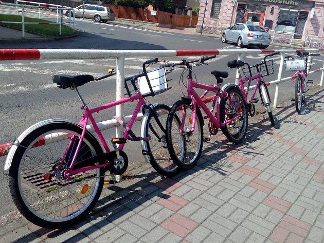 Rekola využívají lidé i k přesunu z Teplic do okolních obcí. Na snímku rekola zaparkovaná u Obecního úřadu Proboštov.