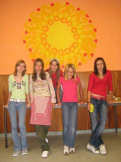 Děti vyzdobily školní jídelnu nástěnnou malbou