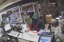 Maskovaný muž se zbraní v ruce žádal po obsluze benzínky peníze