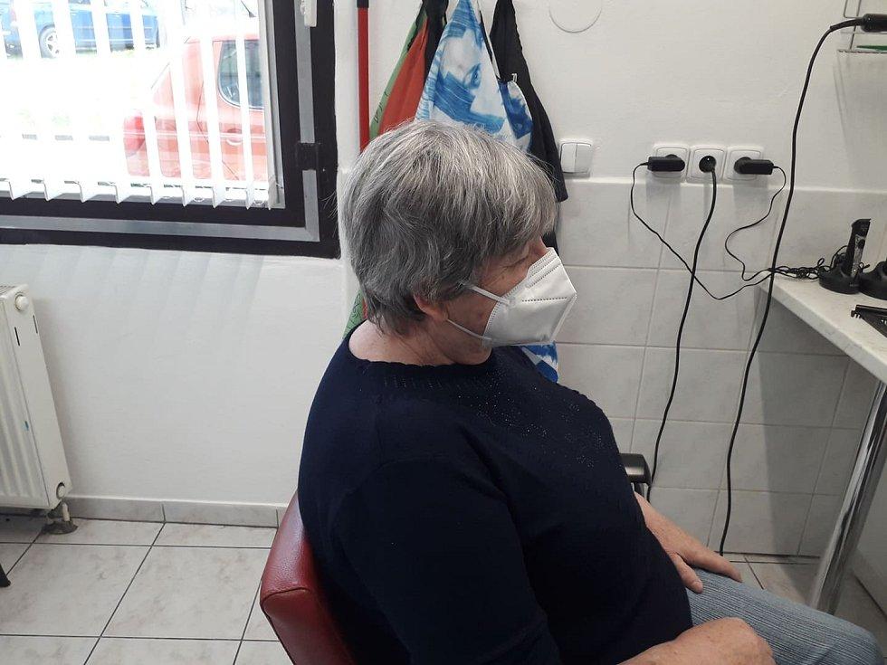 Jana Pluhařová, která má kadeřnictví ve Zdounkách, upravila jedné ze stálých zákaznic účes. Snímek před úpravou vlasů...