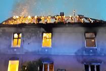 Střechu pohltily plameny. V Bílině hořel vybydlený dům