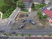 Pohled na stavbu kruhového objezdu v Duchcově z ptačí perspektivy.