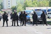 Do Krupky přijela Dělnická strana monitorovat situaci na místním sídlišti, Romové se bouří. Policie je ve střehu.