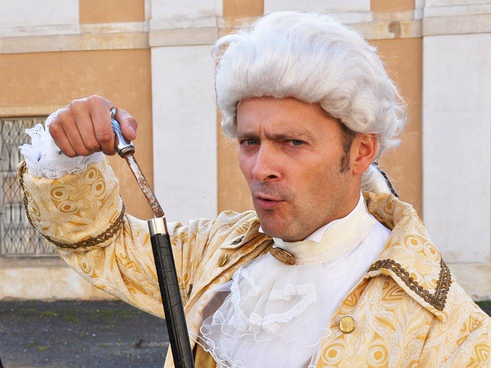 Petr Stolař coby Casanova provází po zámku v Duchcově.