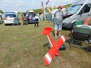 Na modelářském letišti Modelpark Suché nedaleko Modlan na Teplicku začalo Mistrovství světa leteckých modelářů kategorie combat, které potrvá až do neděle 19. srpna. Martin Eliáš v pozadí se raduje z úspěšného prvního rozletu.