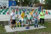 Lavička Háje při utkání v Oseku. V kostkované košili trenér Luboš Vaigl, který ještě nedávno působil právě v Oseku.