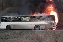 Na silnici z Kostomlat do Lhenic shořel v pondělí odpoledne linkový autobus společnosti Arriva Teplice.