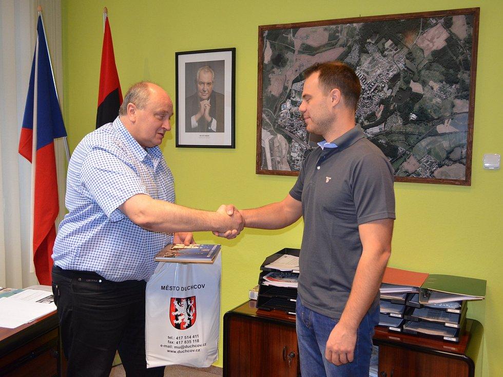 Starosta Duchcova Zbyněk Šimbera (vlevo) poděkoval Jakubu Holému (vpravo). Ten se postavil agresorovi v obchodě.