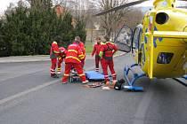 Od měření rychlosti si strážníci odskočili zachránit lidský život. Zasahoval i vrtulník
