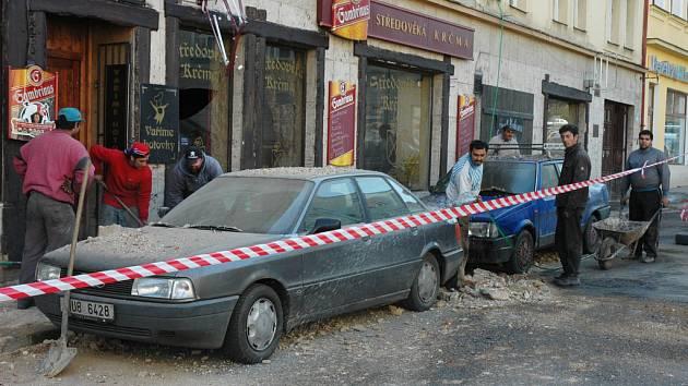 V Dlouhé ulici se v pondělí dopoledne zřítila římsa z domu na chodník
