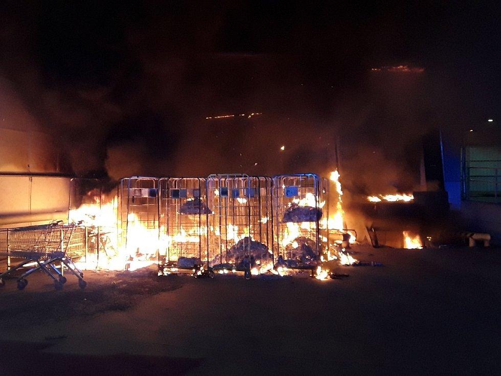 Požár u prodejny Albert v Bílině.