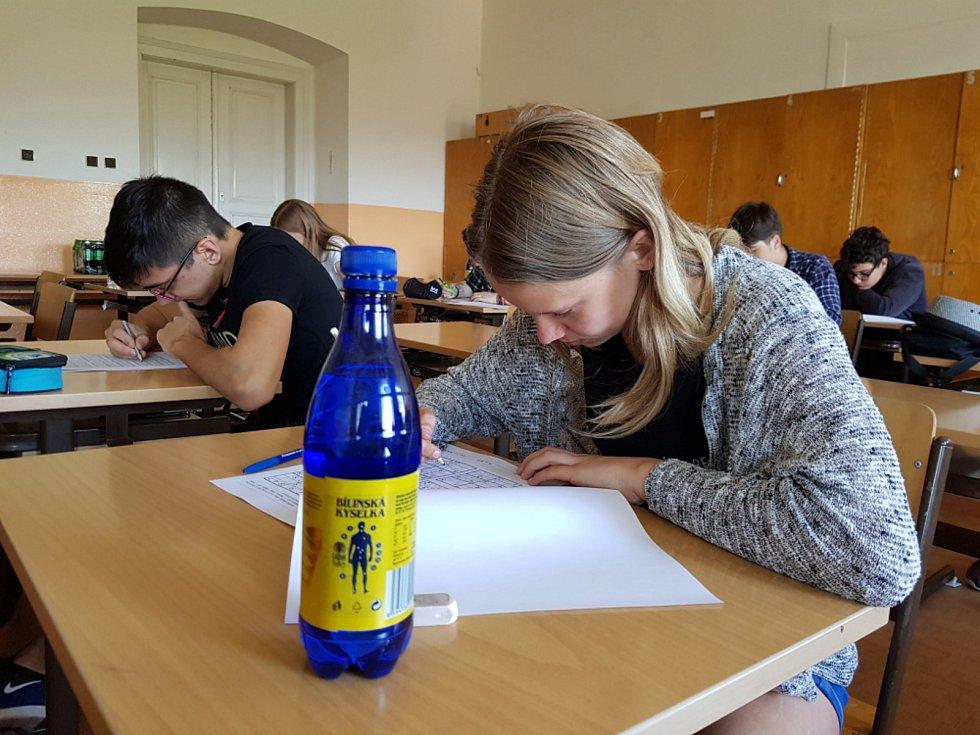 Studenti Hotelové, Obchodní a Střední průmyslové školy Teplice luští sudoku.